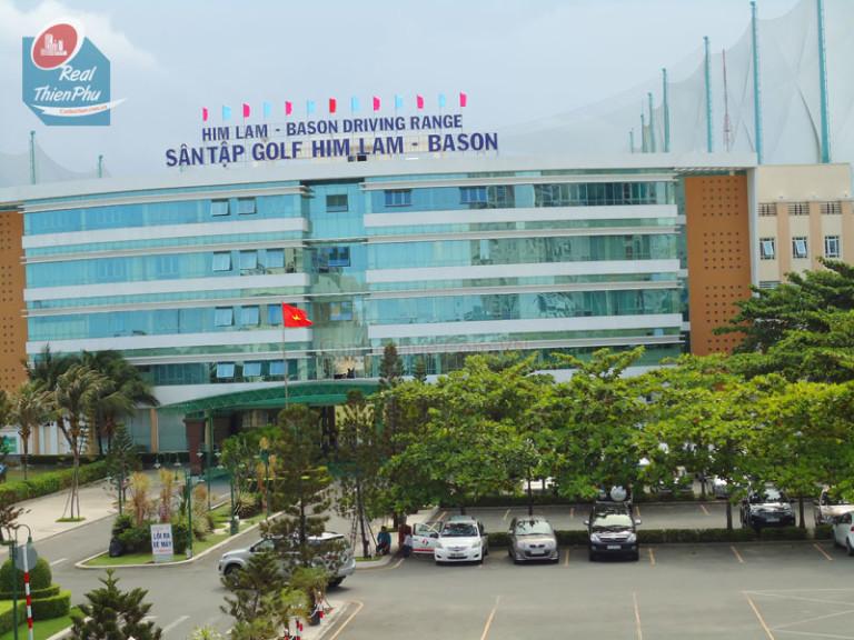 Tòa nhà chính của sân tập Golf Him Lam
