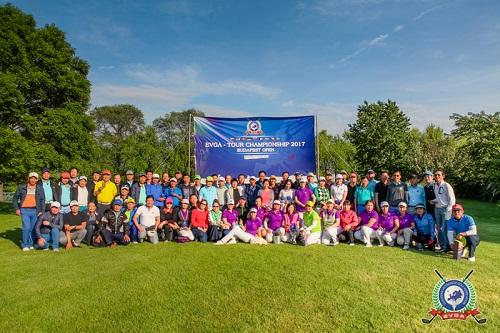 Golfer chụp hình lưu niệm tại giải đấu EVGA