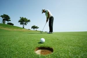 Golfer thực hiện đánh bóng từ vùng tee box đến Green