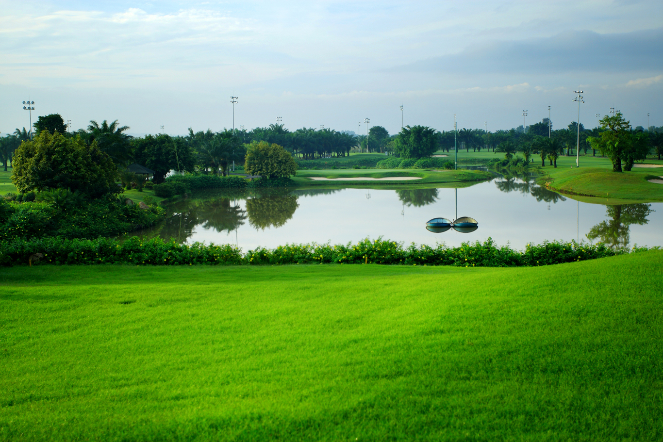 Hồ nước lung linh của sân golf Long Thành