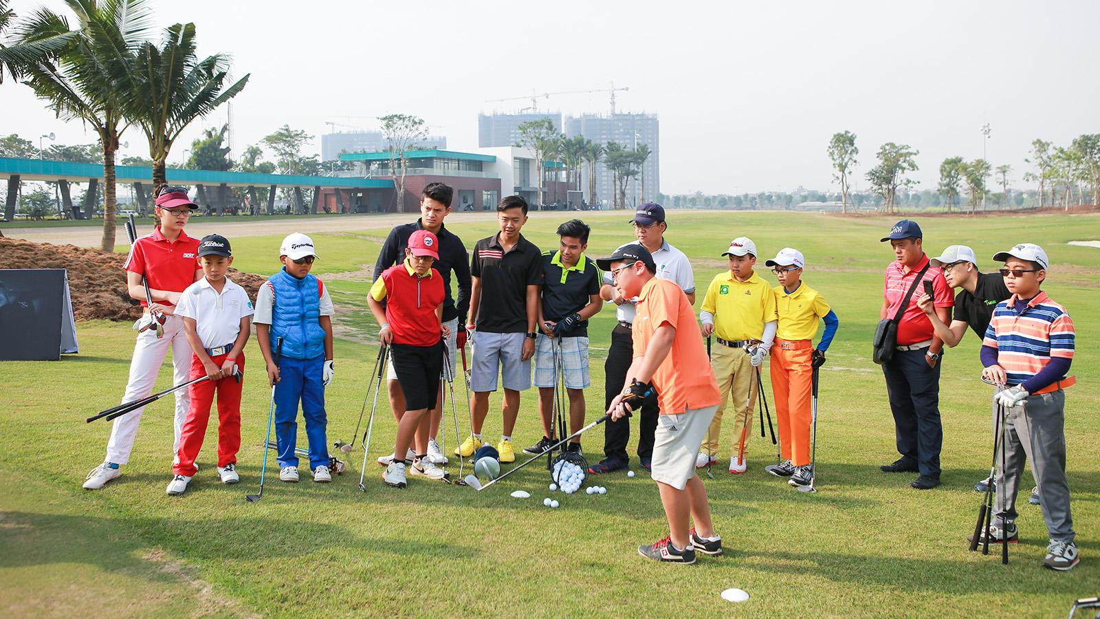 Dạy golf cho các em nhỏ tại học viện Golf EPGA