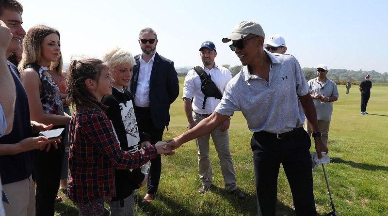 Obama vui vẻ bắt tay người hâm mộ