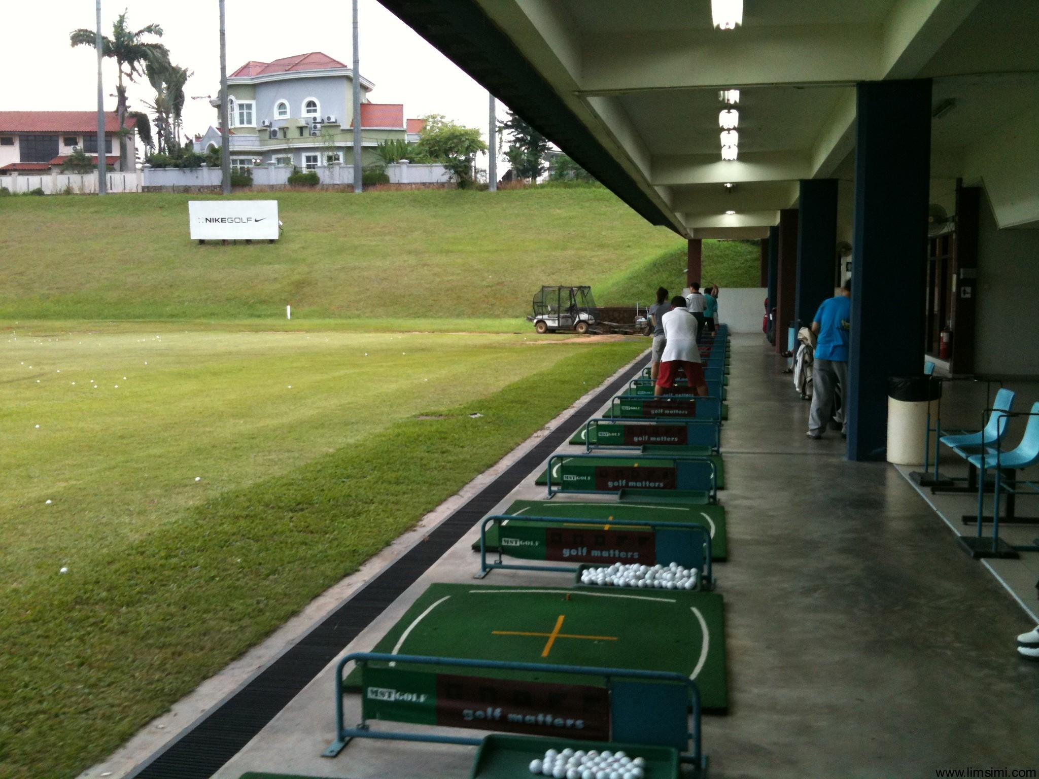 Khu vực phát bóng của sân tập Golf GB Driving Range