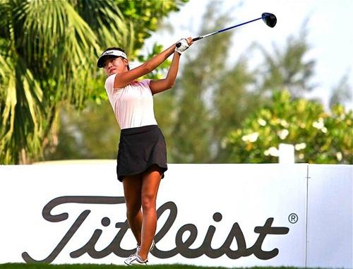 Ngô Bảo Nghi tự tin thi đấu trong trang phục đánh golf áo golf có cổ đi kèm váy duyên dáng