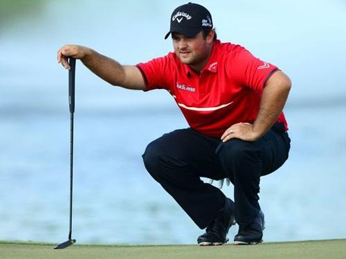 Patrick Reed thoải mái thi đấu trong bộ trang phục đánh golf: áo golf có cổ và quần vải