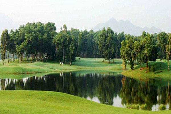 Hồ nước trong sân golf Đông Mô