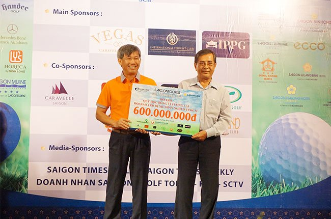 Trao quỹ từ thiện giải golf saigontourist 2017