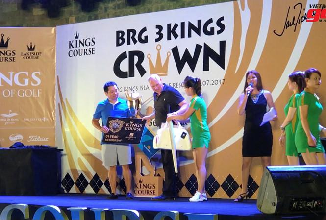 Trao giải cho người chiến thắng tại BRG Three KIngs Crown