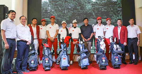 Các thành viên Đội tuyển golf Việt Nam tại SEA Games 29 chẩn bị lên đường