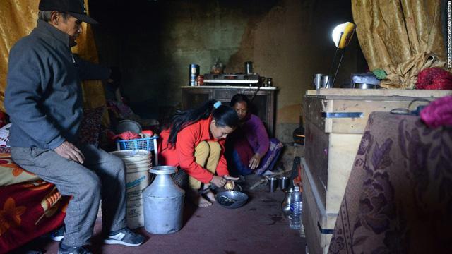 Pratima Sherpa và bố mẹ cô sống trong ngôi nhà chật hẹp