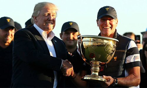 Ông Donald Trump trao cup vô địch
