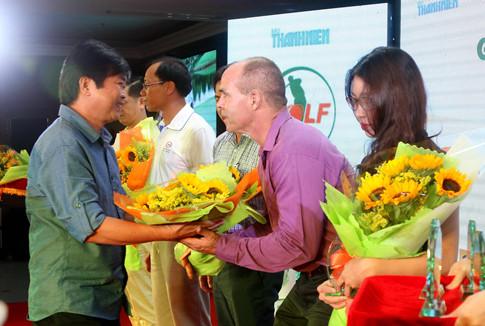 Đại diên ban tổ chức giải golf thanh niên lần thứ 2 trao hoa cho các nhà tài trợ