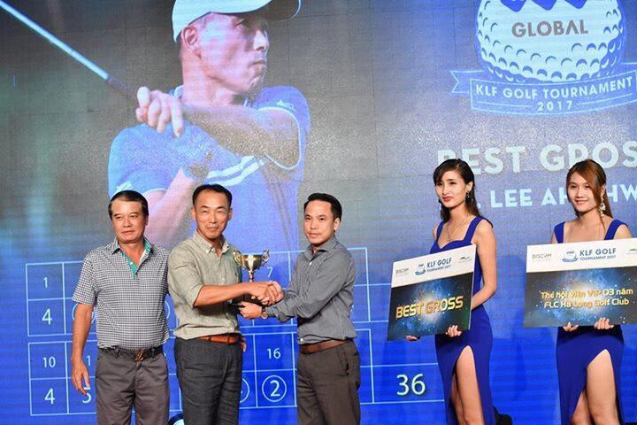 Golfer Hàn Quốc nhận cup vô địch giải KLF Golf Tournament 2017