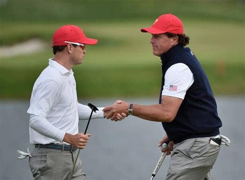 Hai tay golf chuyên nghiệp Zach Jonhson và Phil Mickelson (Ảnh: Reuters.)