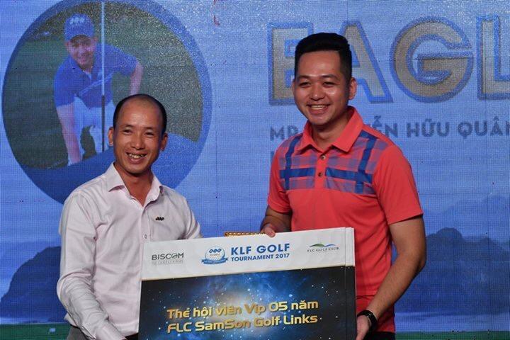 trao giải Eagle cho golfer Nguyễn Hữu Quân