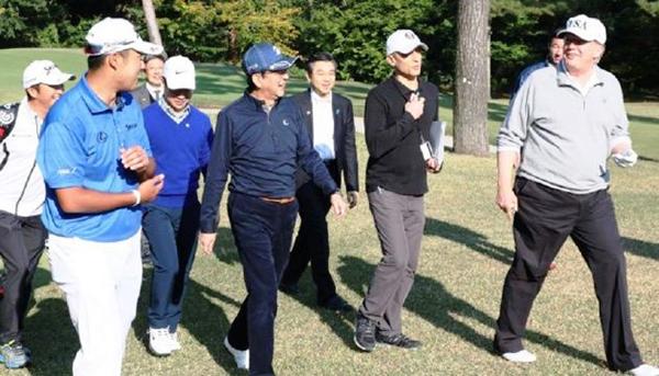 Thủ tướng Nhật Shinzo Abe chơi golf cùngTổng thống Trump