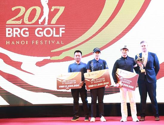 Trao các giải thưởng khác cho các golfer đoạt giải tại BRG Golf Hà Nội Festival 2017