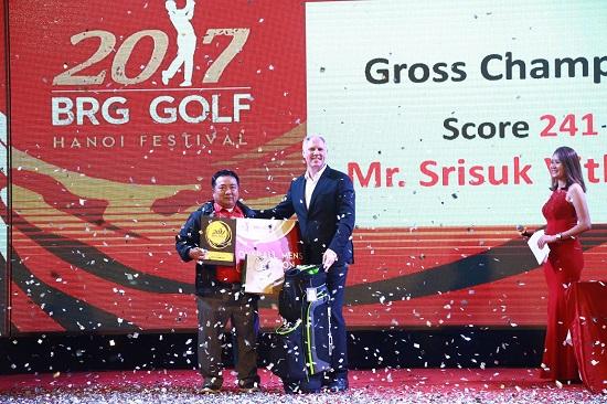 Trao giải best gross cho tay golf người Thái Lan tại BRG Golf Hà Nội Festival 2017