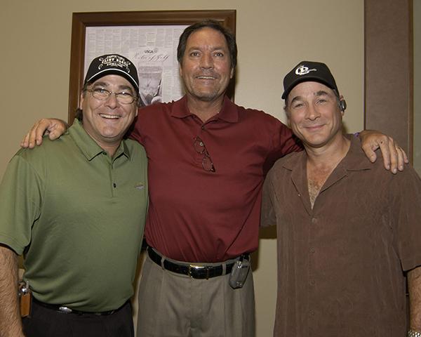 Người đứng giữa là golf thủ Mancil Davis người giữ kỉ lục ghi được nhiều cú HIO nhất