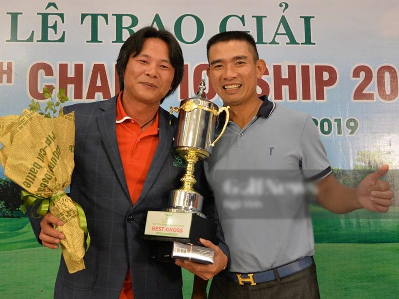 Best Golf Nguyễn Văn Tài nhận cup vô địch