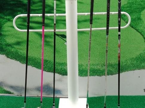 Giá để gậy golf màu trắng Gomiga4 vô cùng tiện dụng