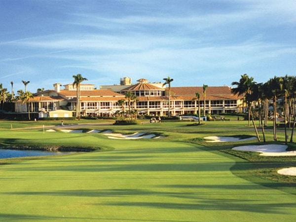 Donal Trump sa thải 560 nhân viên sân golf vì Corona